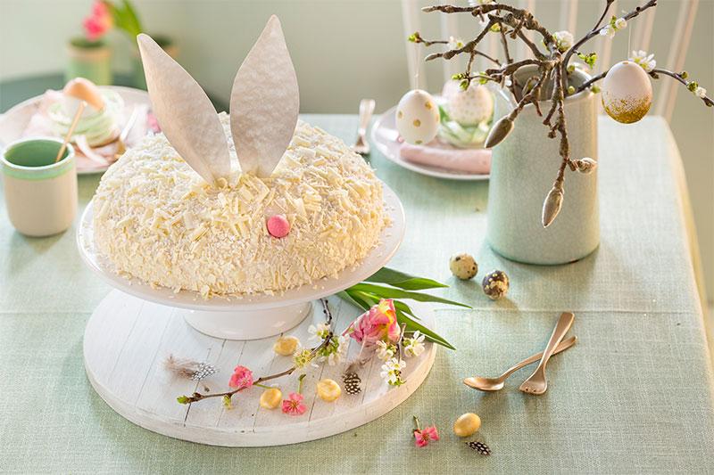Torte zu Ostern mit Hasenohren dekoriert
