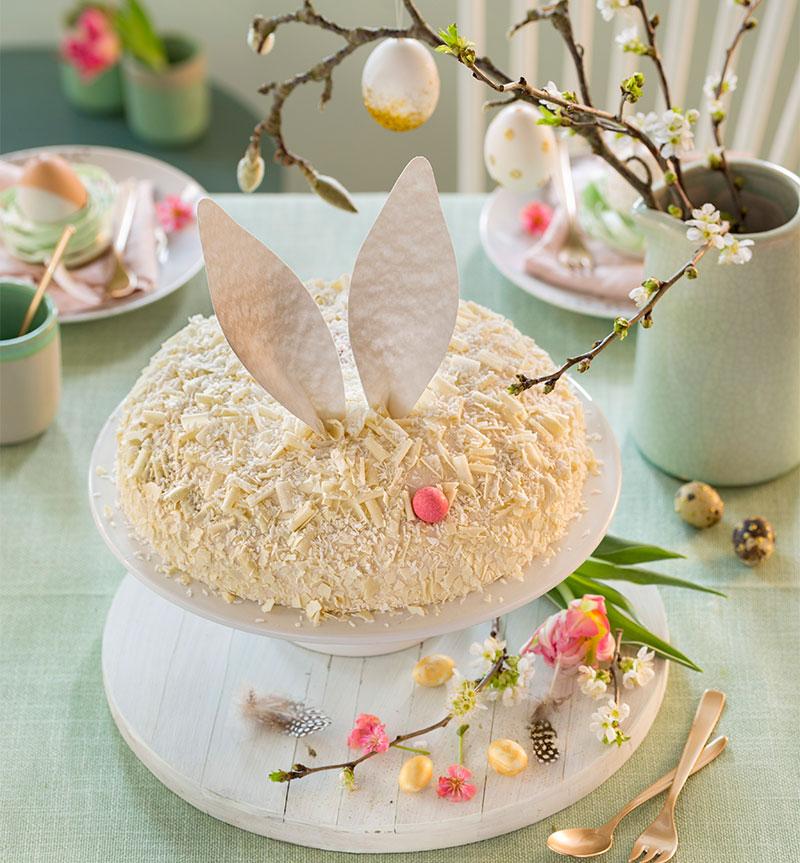 Torte zu Ostern selbst dekoriert als kleines Häschen