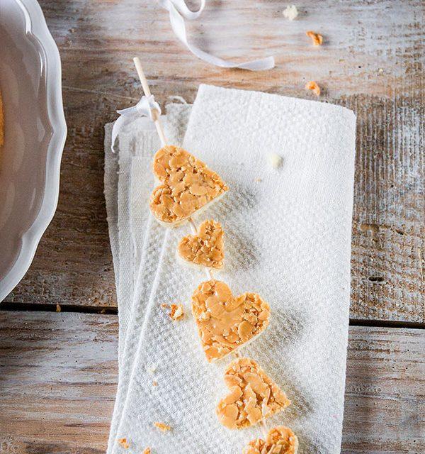 Valentinstagkuchen ausgestochene Kuchenherzen am Spiel als Dekoration