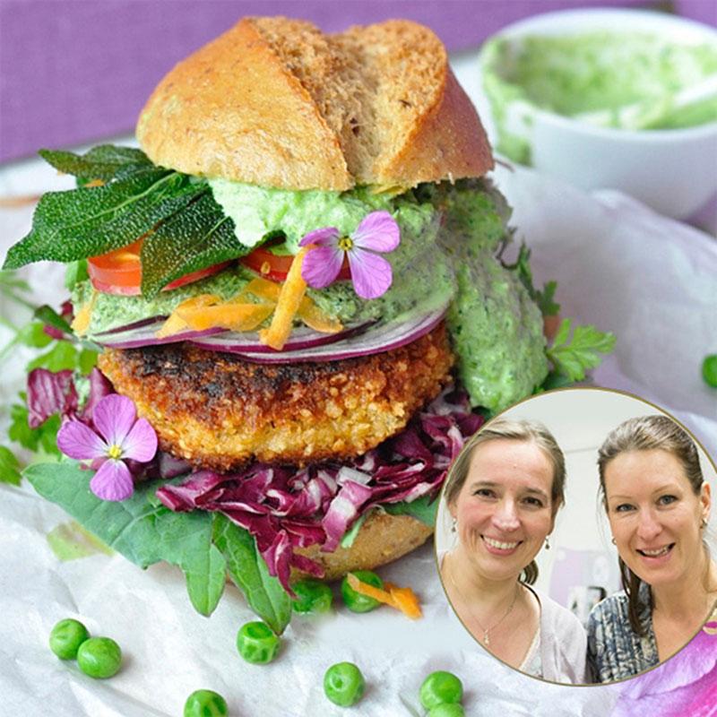 Vegetarischer Burger mit stilvoller Dekoration und Verzierungen aus dem Garten