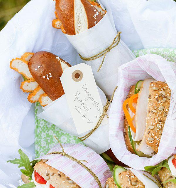 Verschiedene Brötchen mit Wurst und Käse belegt und dekoriert