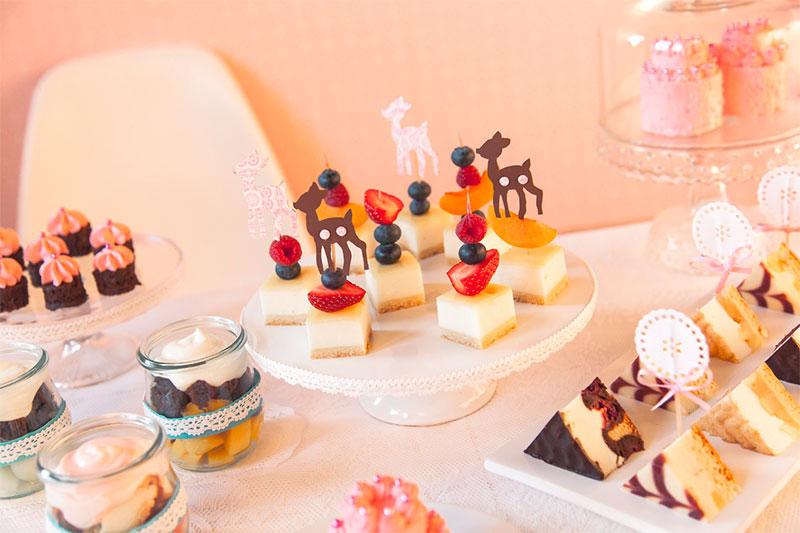 Verschiedene Kuchenhäppchen mit unterschiedlicher Deko