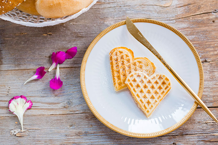 Waffeln mit Puderzucker als Alternative zu Kuchen zum Muttertag