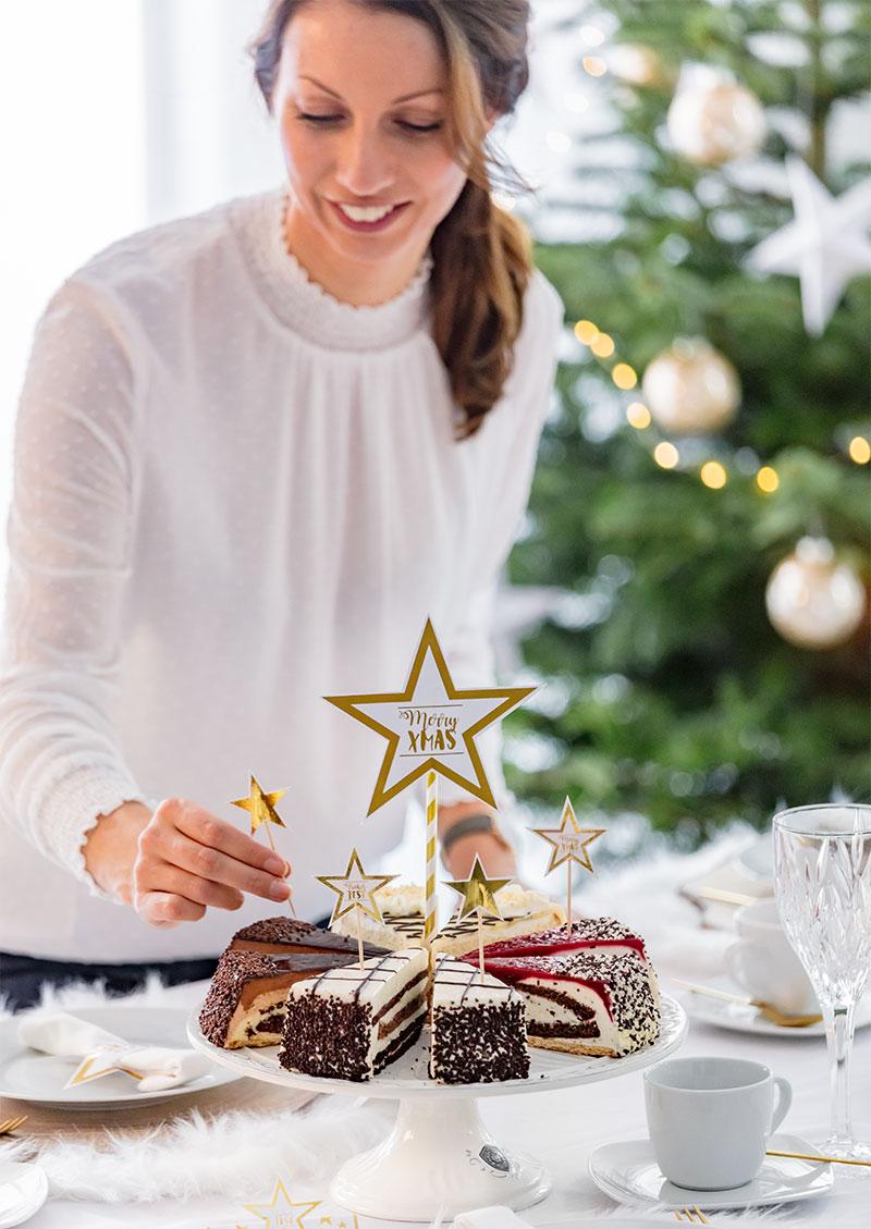 Weihnachtliche Tortenstücke festlich mit Sternen dekoriert
