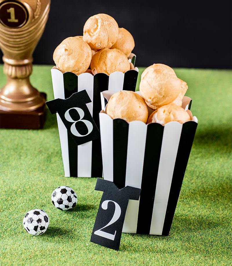 Windbeutel als Ergänzung zum Fußballkuchen im Schiedsrichter-Outfit
