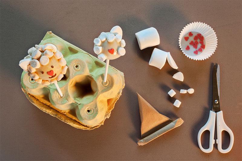 Zubereitung für Cake Pops mit kleinen Schäfchen als Kuchen zu Ostern