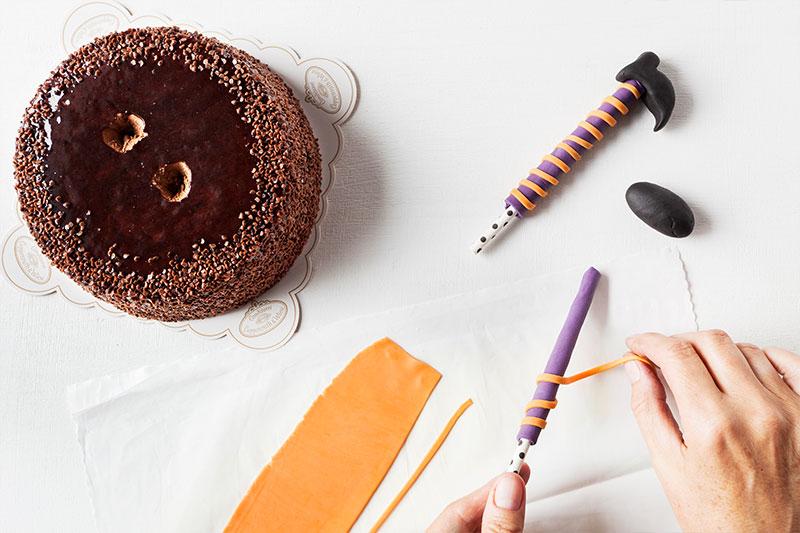 Zubereitung Hexendeko aus Fondant für Halloween Kuchen