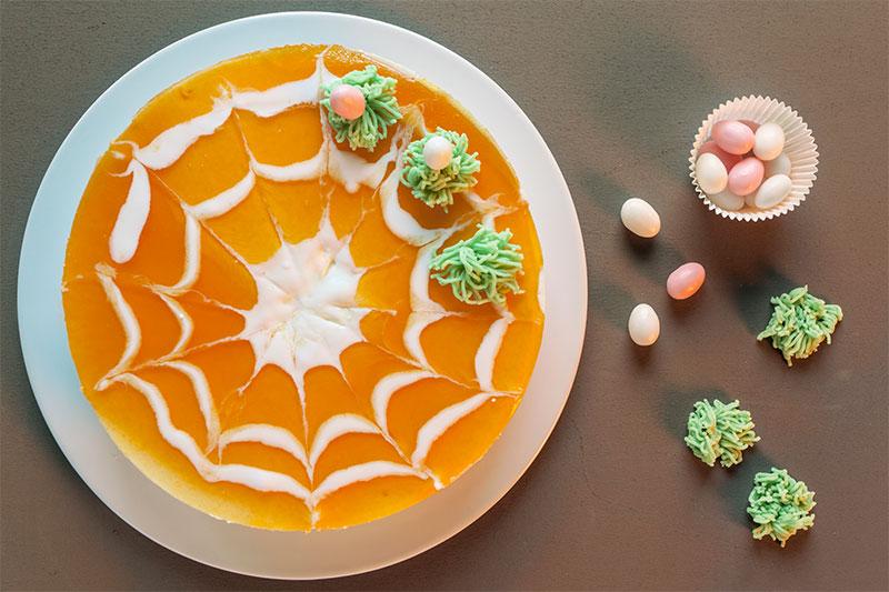 Zubereitung Kuchen zu Ostern mit kleinen Ostereiern dekoriert