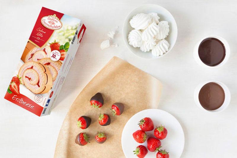 Zutaten Erdbeerrolle mit schokolirten Erdbeeren als Deko