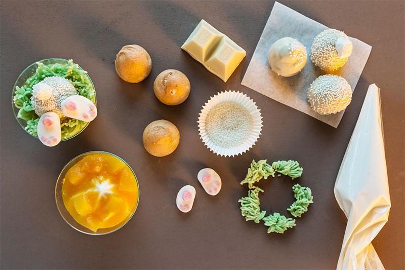 Zutaten für Kuchen zu Ostern im Glas mit eintauchenden Osterhasen