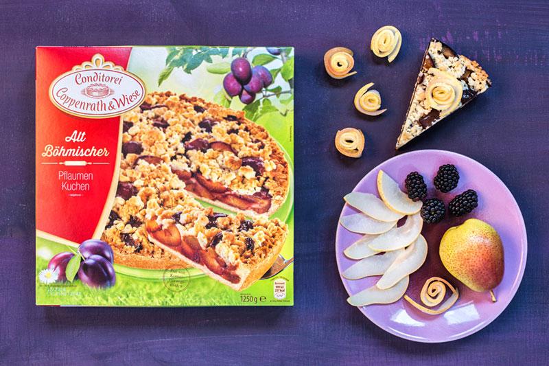 Zutaten für Pflaumenkuchen mit frischen Brombeeren und Birnenröschen