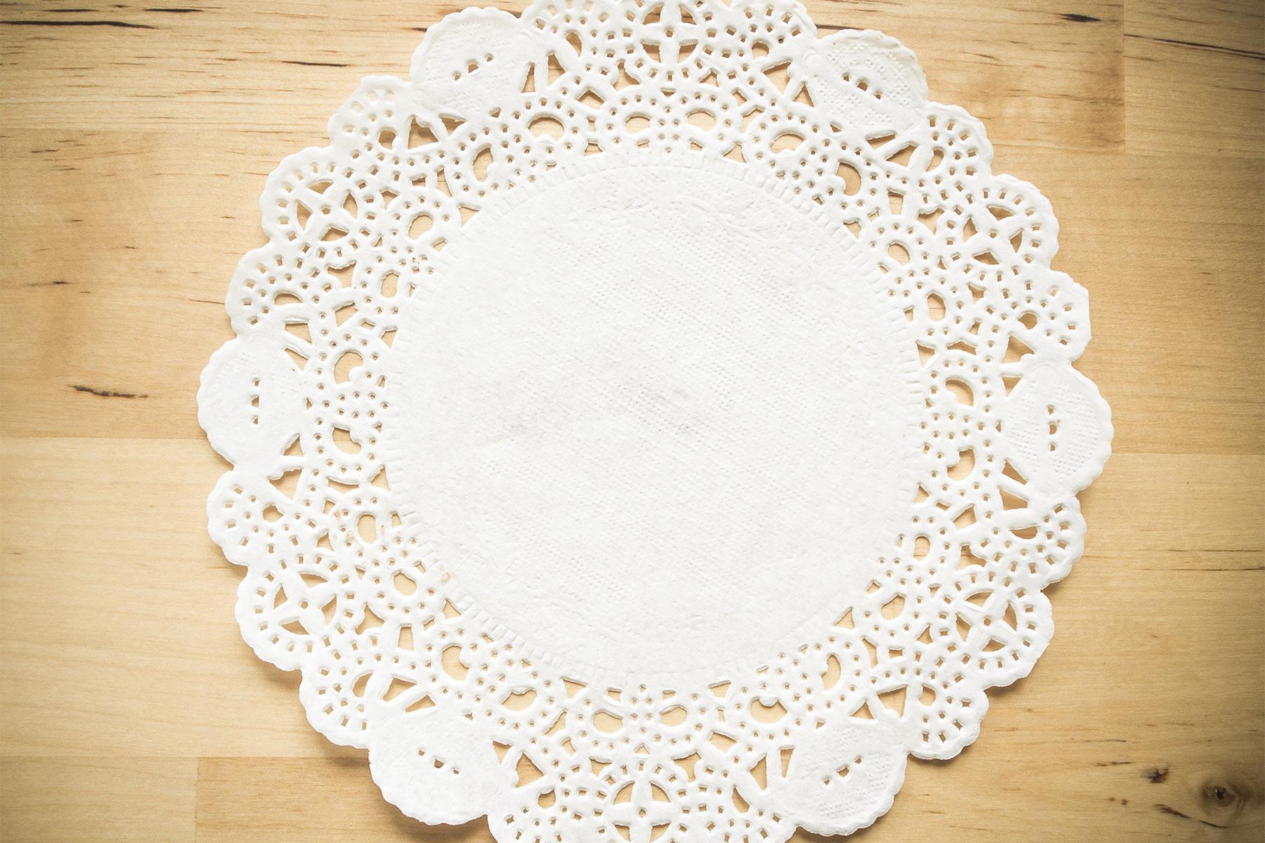 Bastelideen und Anleitung mit Tortenspitze in weiß zum selber basteln und verzieren