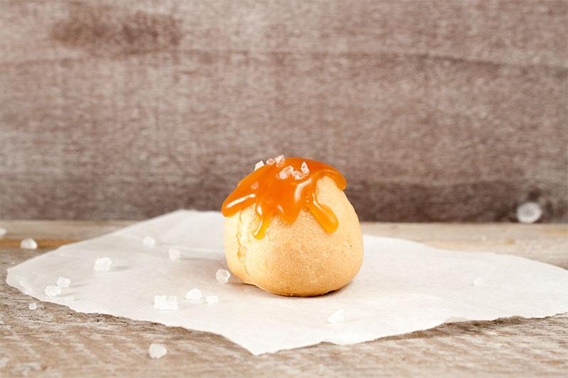 Leckere Windbeutel mit Karamell Soße selber machen und verzieren