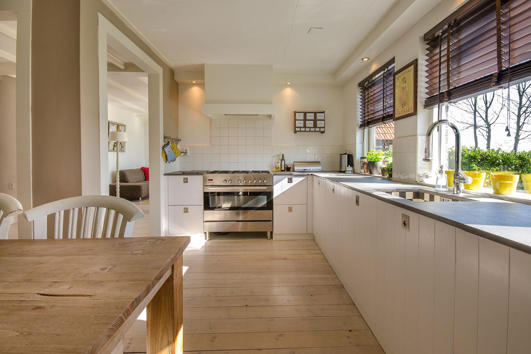 Marias Küche als modernes Platzwunder aus hochwertigem Holz in Weiß gestrichen