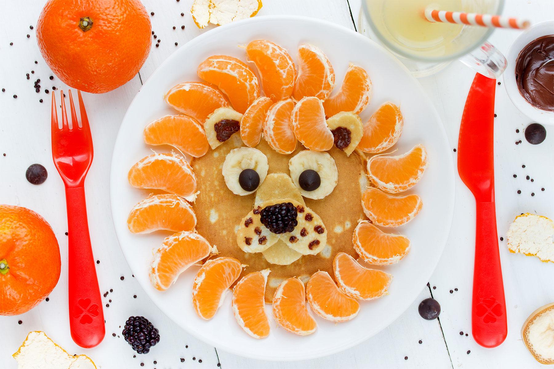 Obst und Gemüse Schnitzen Anleitung Löwe aus Pfannkuchen und Mandarinen