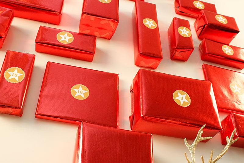 Rote Geschenkpäckchen für den selbst gebastelten Adventskalender