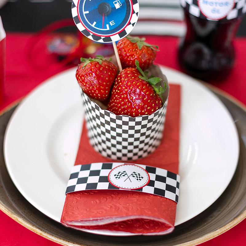 Servierbanderole als Dekoration für Kindergeburtstag mit leckerem Erdbeermuffin