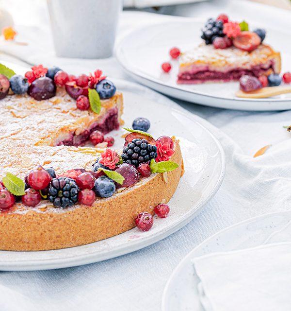 Passendes Picknick-Rezept: Kirsch-Mandelkuchen mit Beerentopping 12
