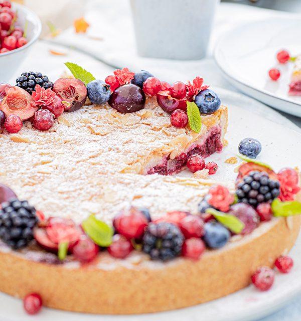 Passendes Picknick-Rezept: Kirsch-Mandelkuchen mit Beerentopping 17