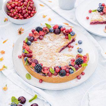 Passendes Picknick-Rezept: Kirsch-Mandelkuchen mit Beerentopping 1
