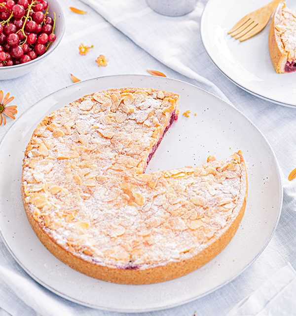 Passendes Picknick-Rezept: Kirsch-Mandelkuchen mit Beerentopping 3