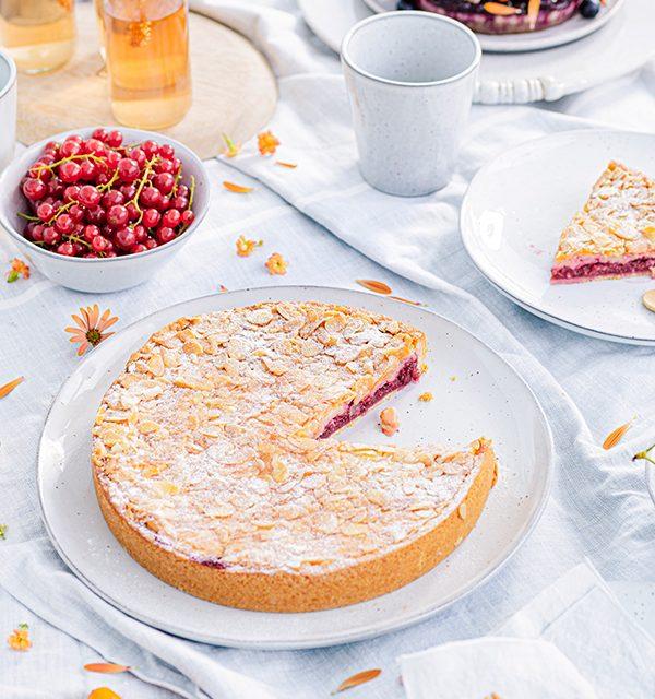 Passendes Picknick-Rezept: Kirsch-Mandelkuchen mit Beerentopping 4