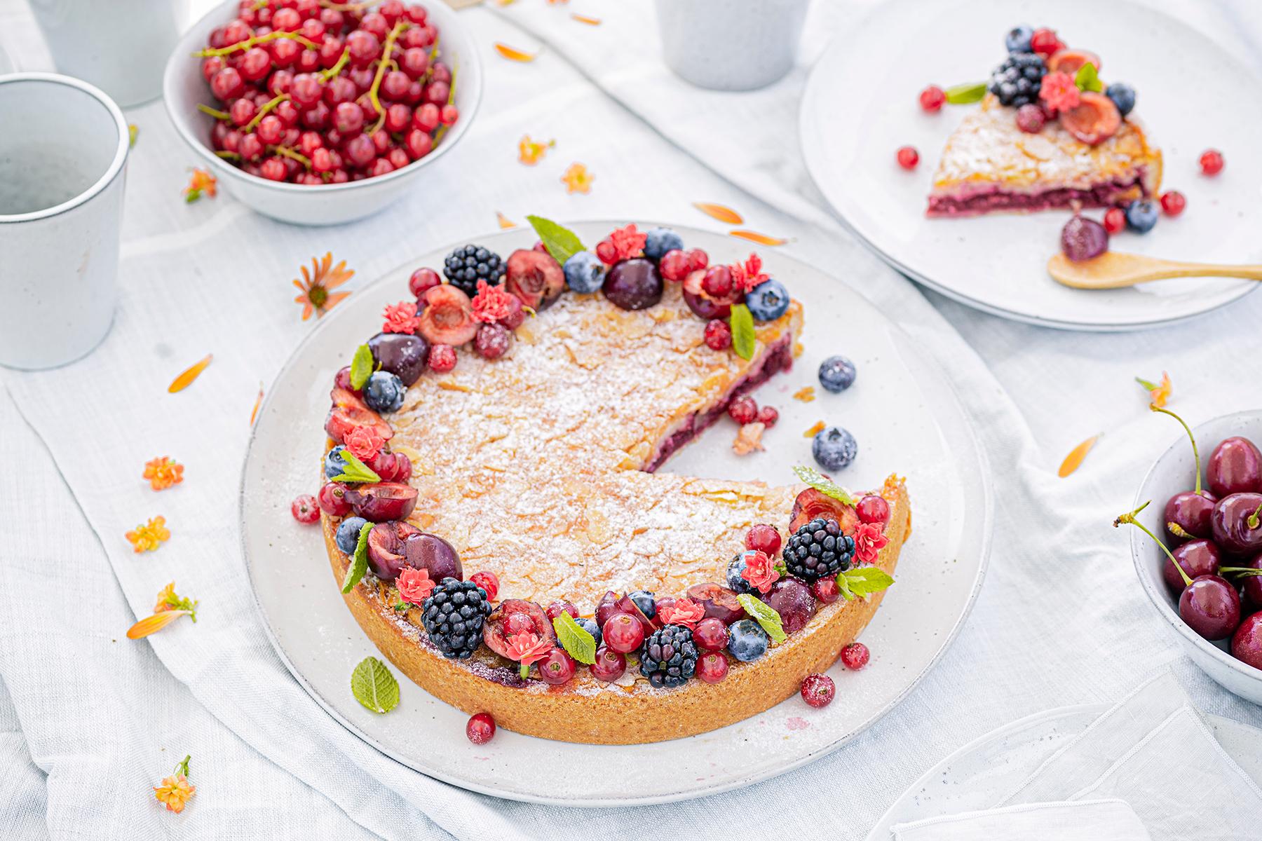 Passendes Picknick-Rezept: Kirsch-Mandelkuchen mit Beerentopping