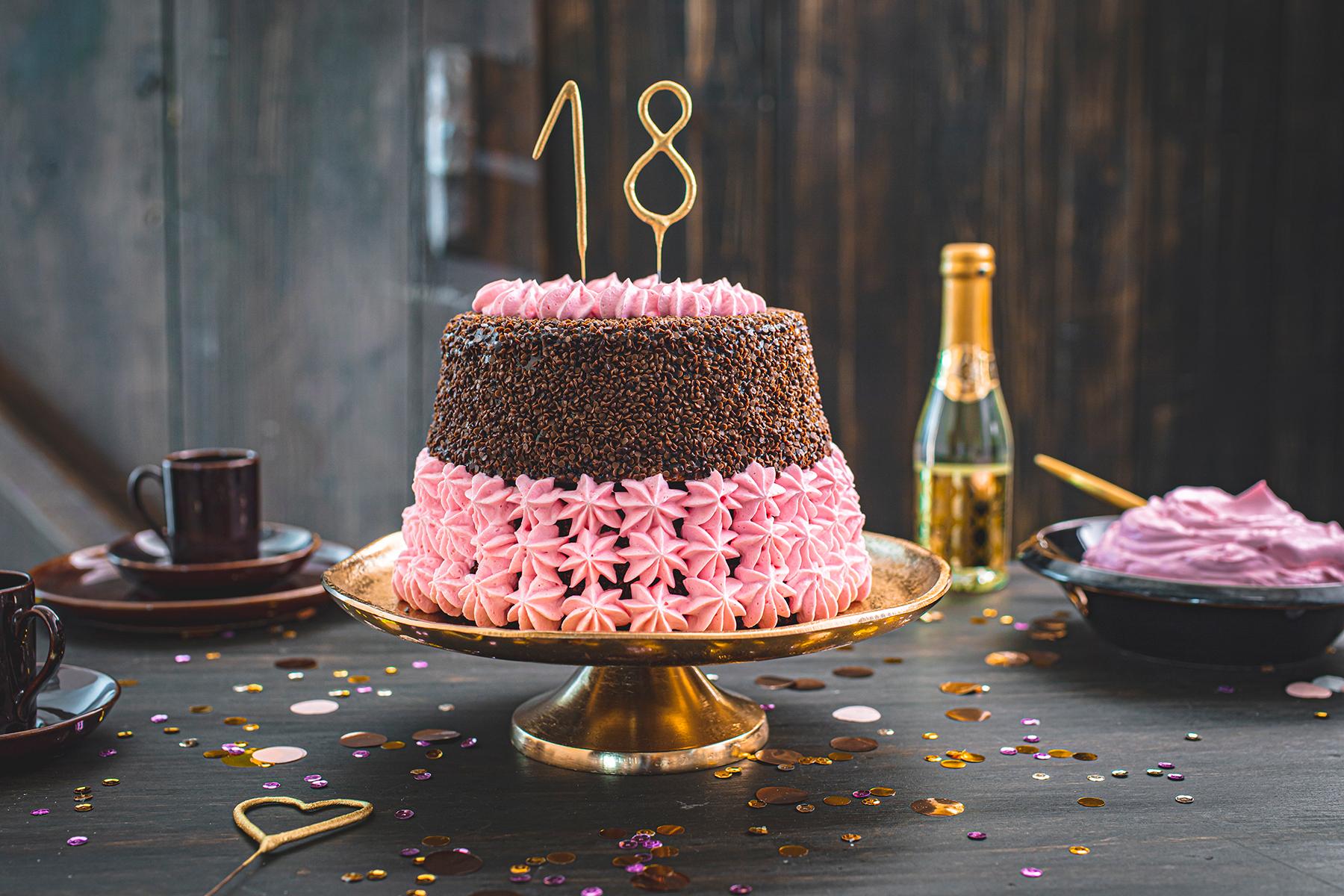 Torte zum 18. Geburtstag: Schokoladentorte mit Wunderkerzen