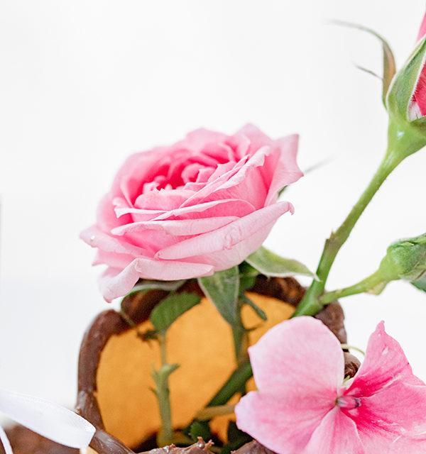 Muttertagstorte mit Blumen und Zettelbotschaft 9