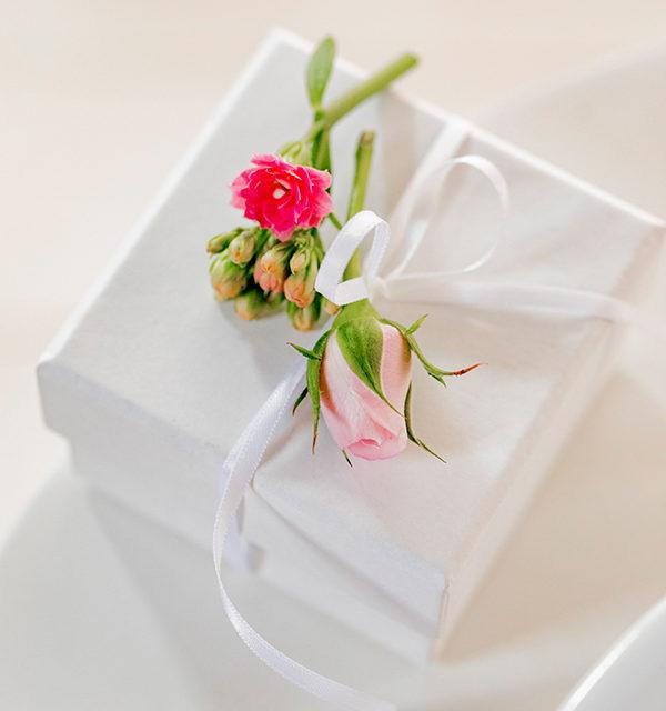 Muttertagstorte mit Blumen und Zettelbotschaft 18