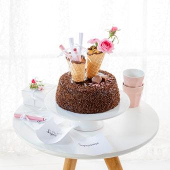 Muttertagstorte mit Blumen und Zettelbotschaft 35